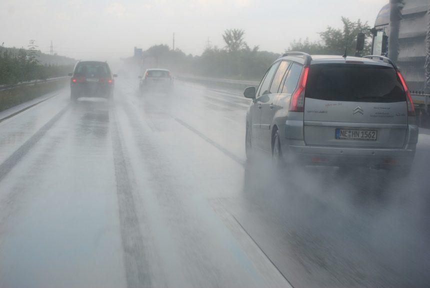 Conducir un coche bajo la lluvia